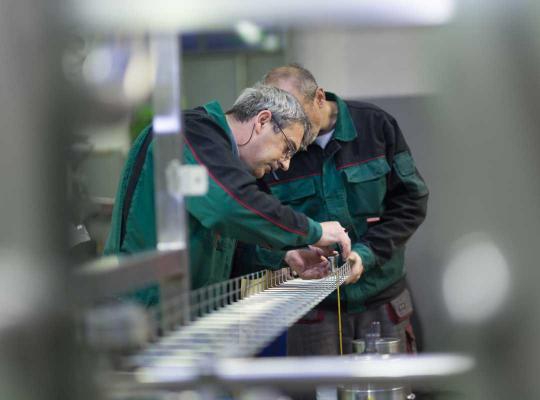 Twee oudere mannen aan het werk